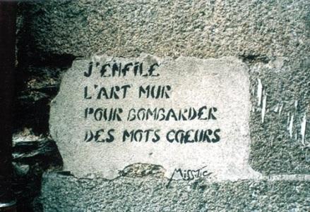 J'enfile l'art mur pour bombarder des mots coeurs...