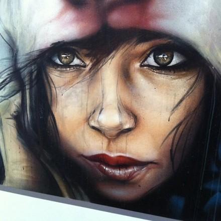 Portrait de femme par Herakut, artiste à quatre mains : celles de Akut un graffeur, et celles d'Hera, une peintre.